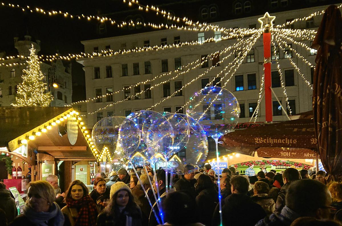 Weihnachtsmarkt am Hof - Lichterglanz und Seifenblasen - www.wien-erleben.com