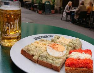 Die leckeren Brötchen mit einem Pfiff vor dem Trześniewski - www.wien-erleben.com