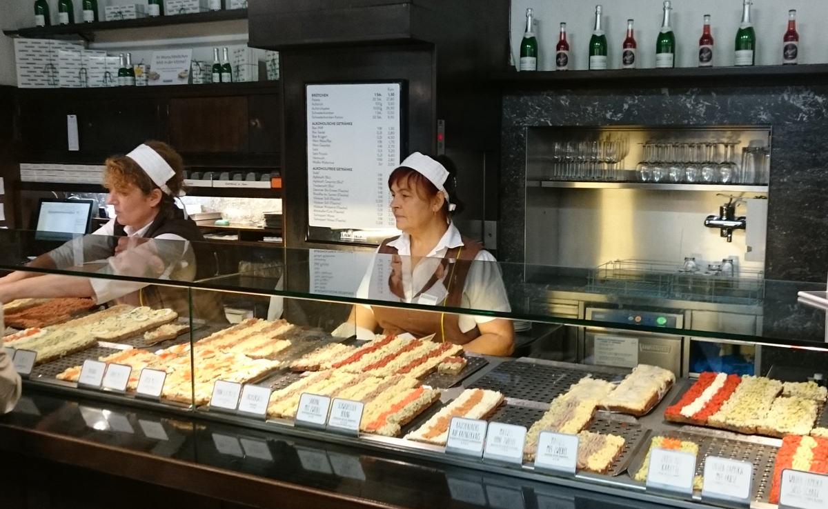 Die Verkaufstheke im Trześniewski mit den berühmten Brötchen mit Aufstrich - www.wien-erleben.com