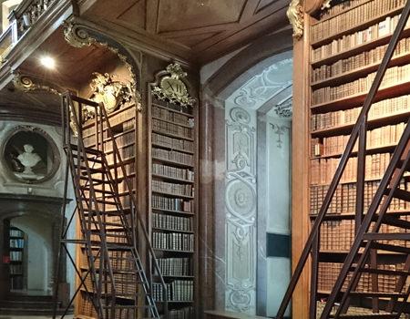 Beitrag über den Prunksaal der Nationalbibliothek Bücherregale - www.wien-erleben.com