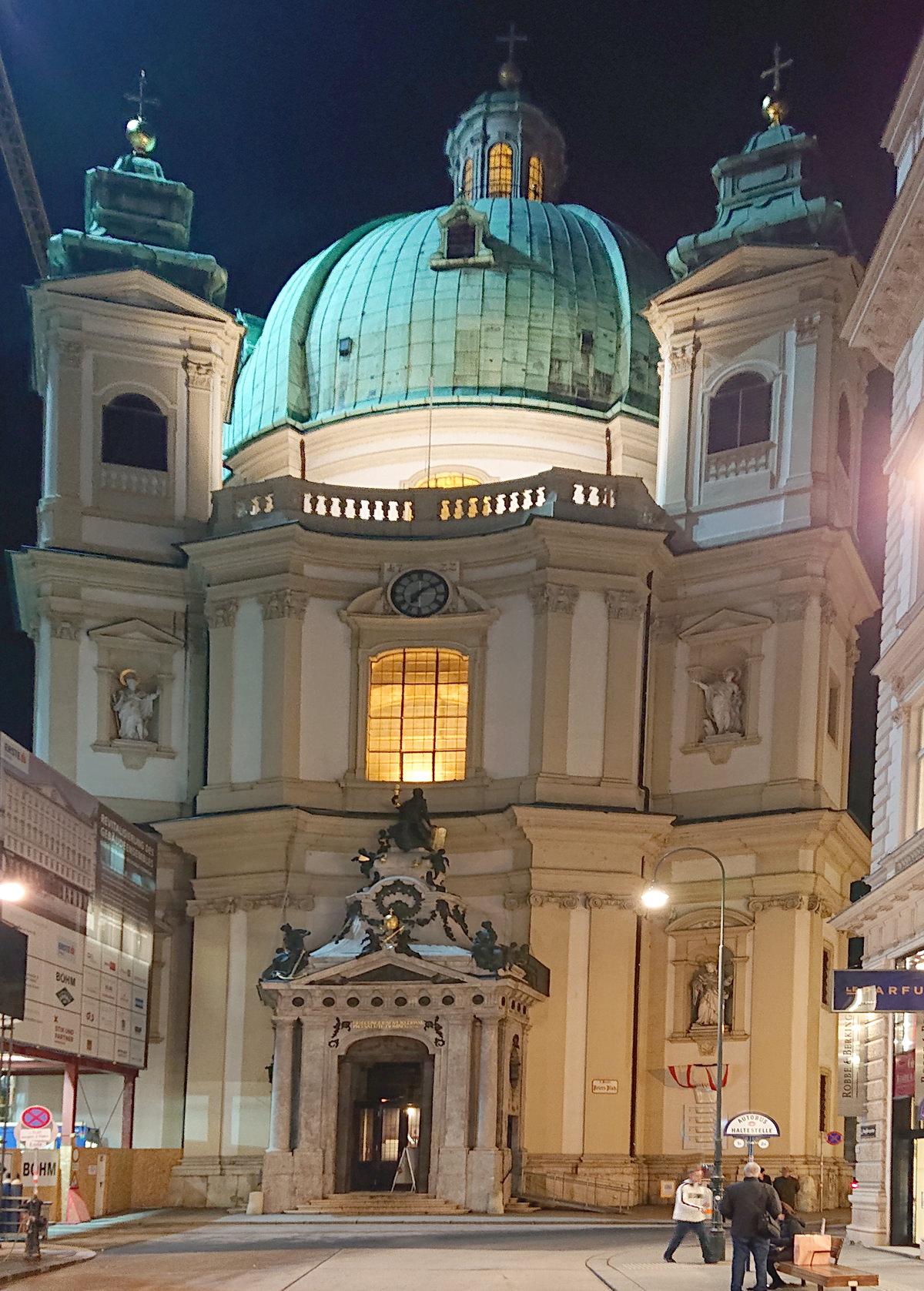Außenansicht der Peterskirche in Wien bei Nacht - www.wien-erleben.com