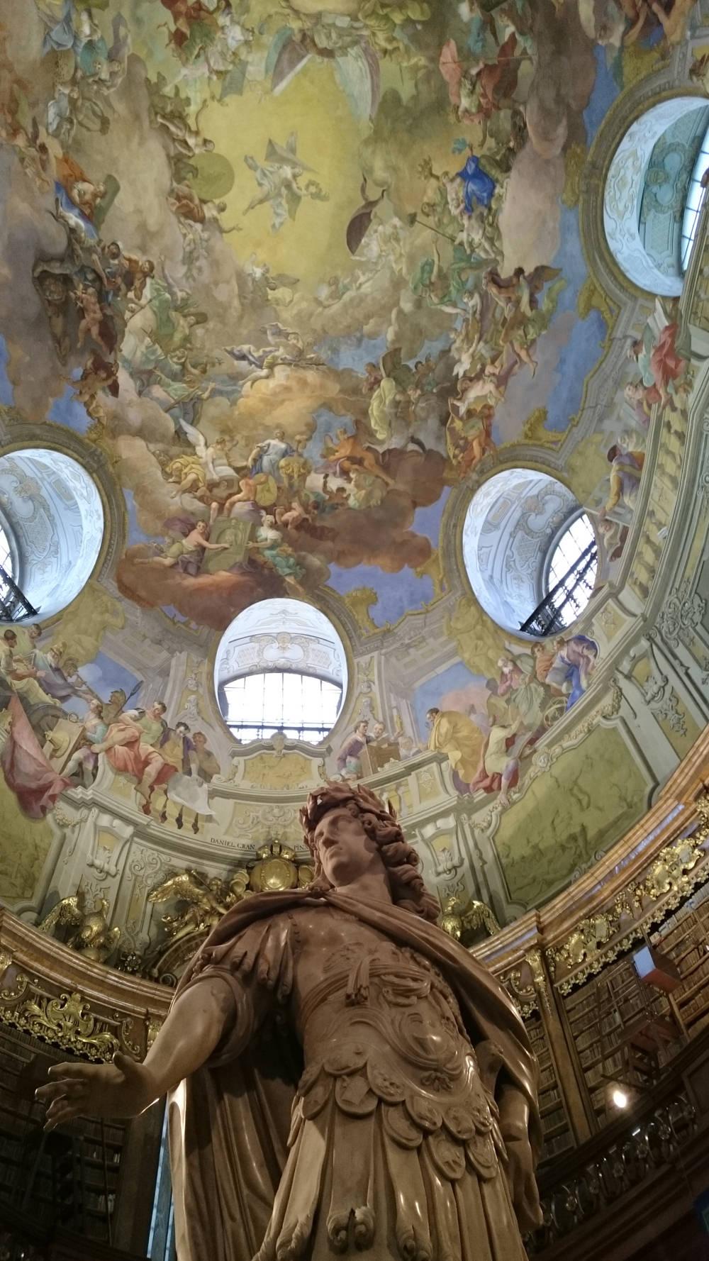 Prunksaal der Nationalbibliothek Deckenfresko mit Statue Kaiser Karl VI - www.wien-erleben.com