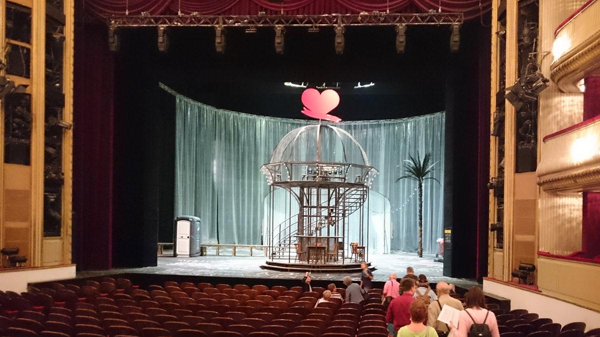 Burgtheater Wien - Blick vom Zuschauerraum auf die Bühne - www.wien-erleben.com
