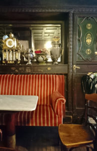Im Café Hawelka ist die Einrichtung noch original - www.wien-erleben.com