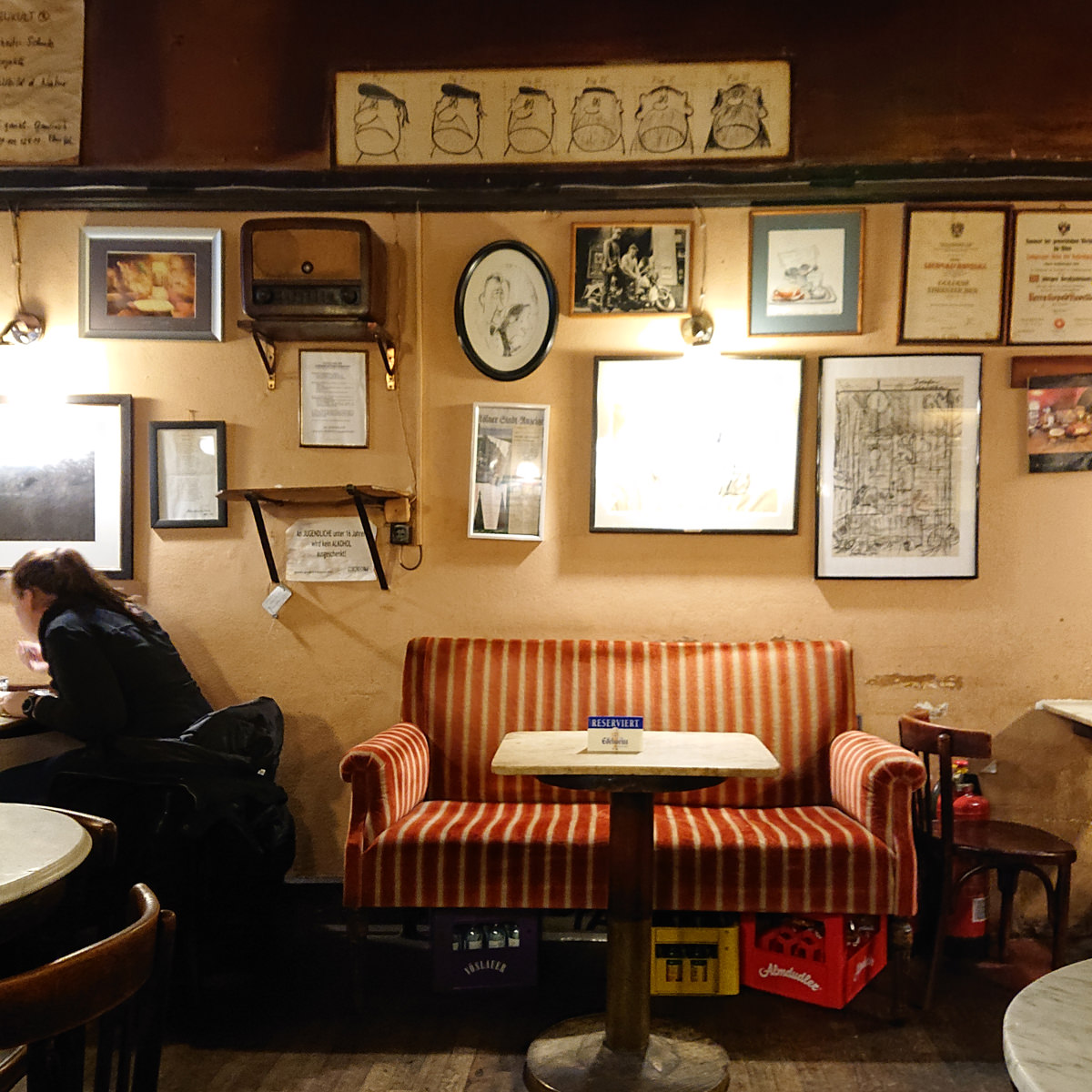 Die Inneneinrichtung im Café Hawelka stammt aus dem Jahr 1913 - www.wien-erleben.com