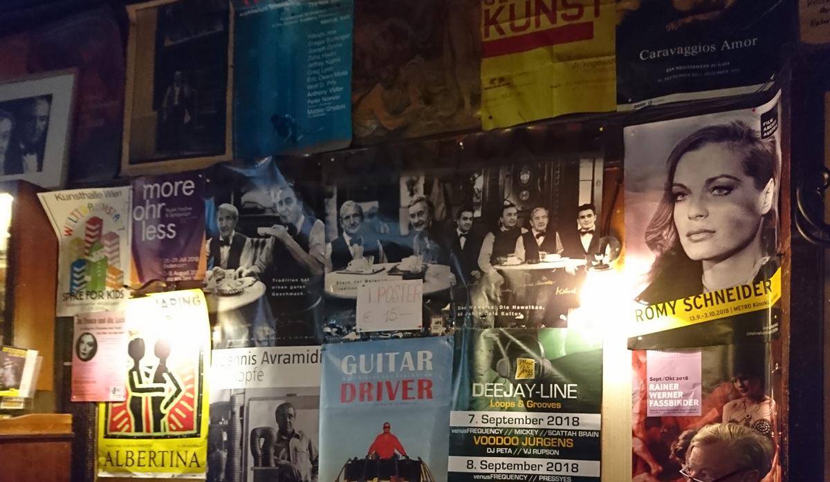 Die Plakatwand im Café Hawelka - www.wien-erleben.com
