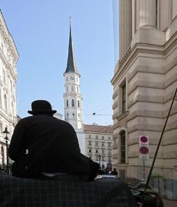 Fiaker in Wien mit Michaelerkirche - www.wien-erleben.com