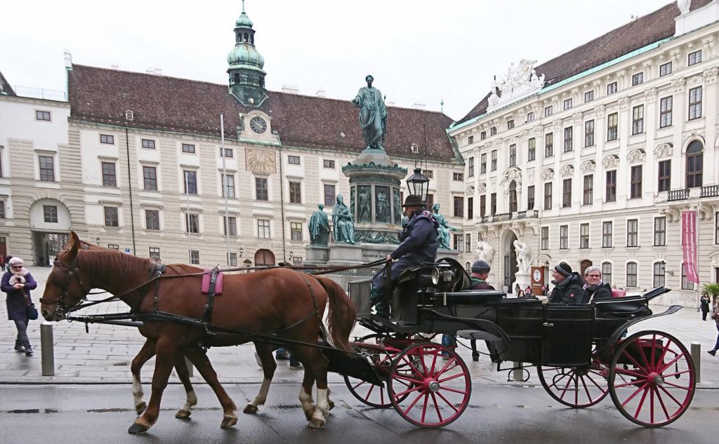 Fiaker in Wien in der Hofburg mit Kaiser-Franz-Denkmal - www.wien-erleben.com