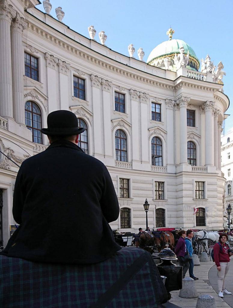 Wiener Fiaker von hintern vor Hofburg - www.wien-erleben.com