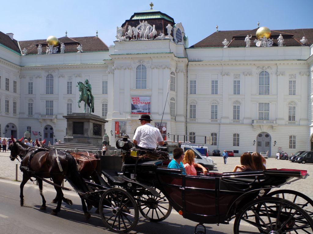 Wiener Fiaker vor dem Josefsplatz und dem Eingang zum Prunksaal - www.wien-erleben.com