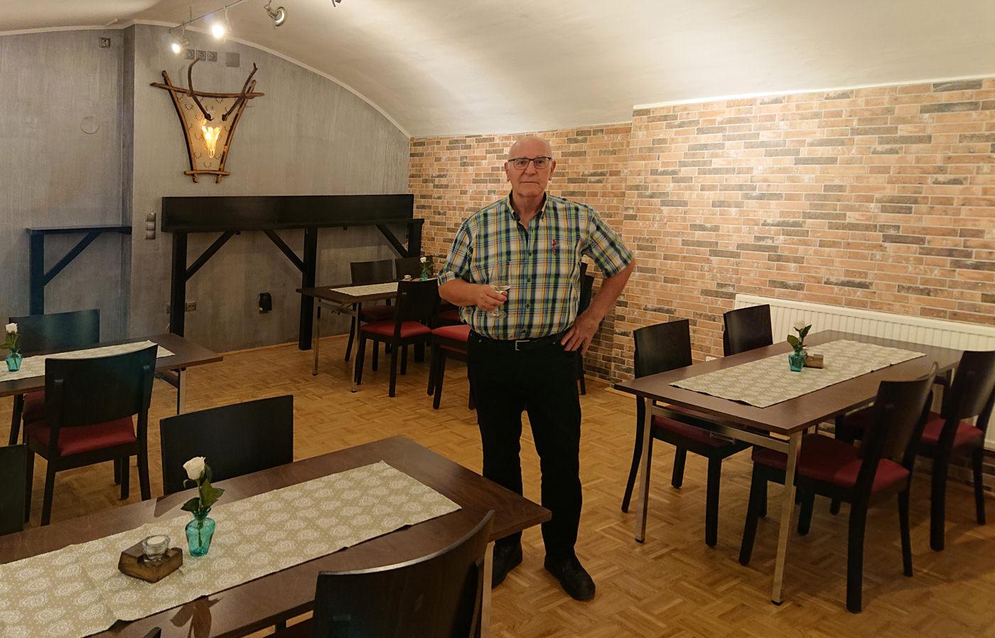 W-Einkehr Vinothek - Roland im neuen Gastraum im Untergeschoss - www.wien-erleben.com