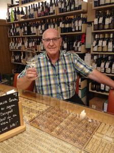 W-Einkehr Vinothek - Roland der Wirt vor einer Auswahl Österreichischer Weine - www.wien-erleben.com