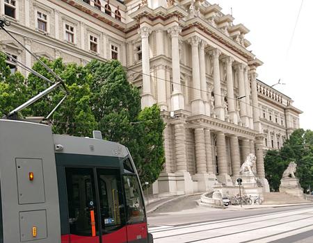 Bericht über den Justizpalast Wien - historisches Gebäude mit Bim und den Löwen am Eingang - www.wien-erleben.com