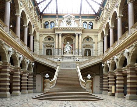 Bericht über den Justizpalast Wien - das prächtige Treppenhaus mit Stiege und der Justizia - www.wien-erleben.com
