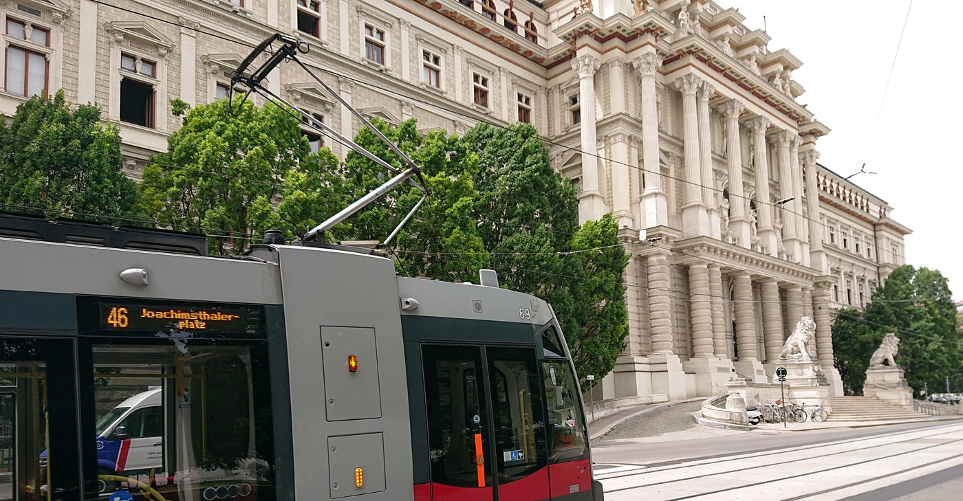 Justizpalast Wien - das historische Gebäude von Außen mit Bim und Löwen - www.wien-erleben.com