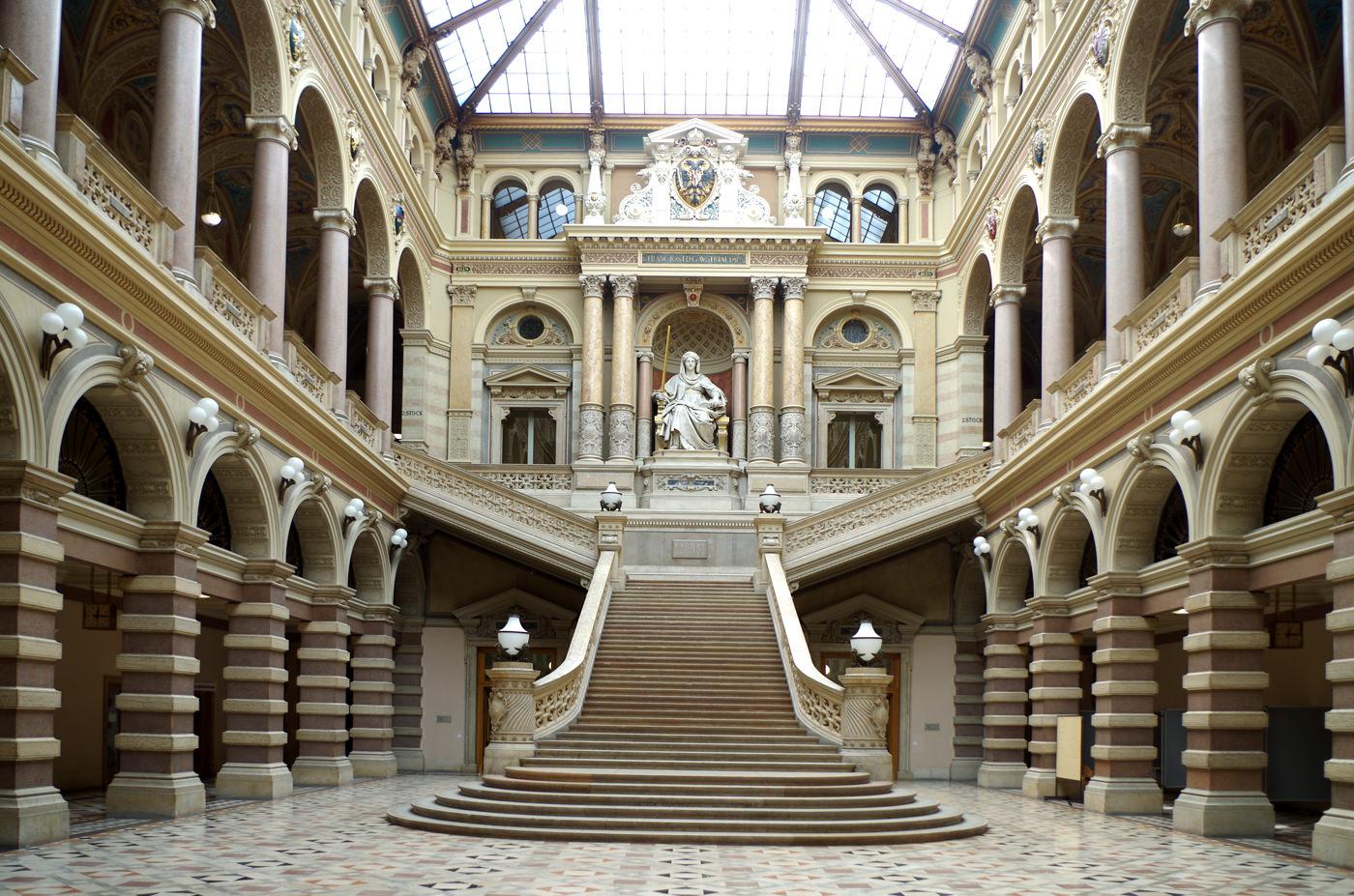 Justizpalast Wien - das prächtige Treppenhaus mit Stiege und der Justizia - www.wien-erleben.com